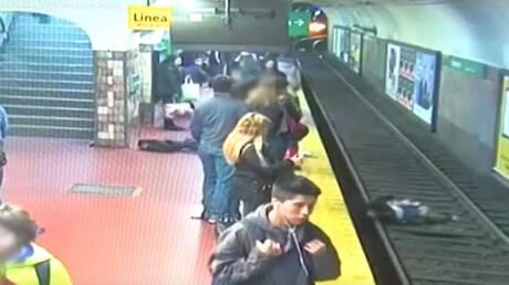 Βίντεο σοκ: Λιποθύμησε στην αποβάθρα του μετρό και έριξε γυναίκα στις ράγες(pics&vid)