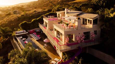 Θέλετε να ζήσετε σαν τη Barbie; Νοικιάστε το… αληθινό σπίτι της για 60 δολάρια!  (pics)