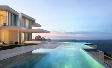 Μία σαγηνευτική μονοκατοικία με μοναδική θέα στη Μεσόγειο Θάλασσα