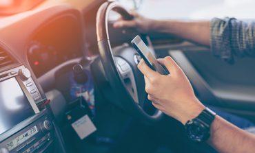 Τσουχτερά πρόστιμα και αφαίρεση διπλώματος στους οδηγούς που μιλούν στο κινητό και με handsfree