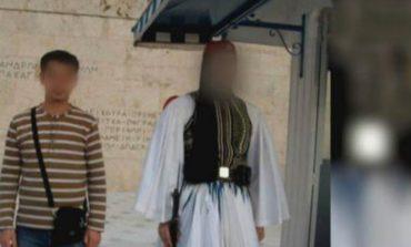 Τζιχαντιστής ποζάρει στο μνημείο του Άγνωστου Στρατιώτη