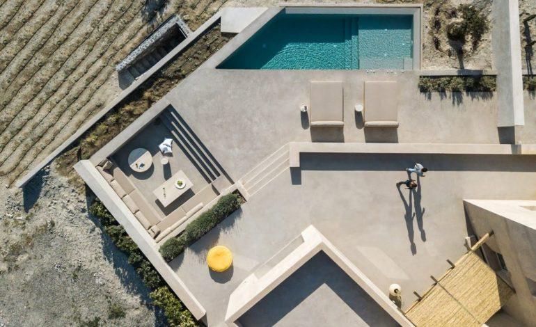 Μία εξοχική κατοικία που αναδεικνύει την αρχιτεκτονική ιστορία της Σαντορίνης