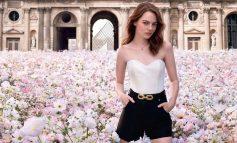 Η Emma Stone ποζάρει σε ένα μαγικό λιβάδι μπροστά στο Λούβρο για τη Louis Vuitton