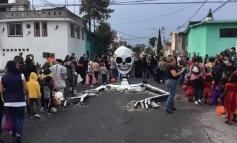 Μεξικό: Τεράστιος σκελετός αναδύεται από δρόμο για την «Ημέρα των Νεκρών»