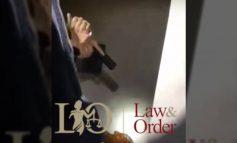 Η στιγμή που αστυνομικοί συλλαμβάνουν διαρρήκτη κρυμμένο σε ντουλάπα ( video )