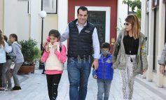 Θάνος Πλεύρης-Λένα Παπαθεολόγου: Βόλτες στην Κηφισιά με τα παιδιά τους