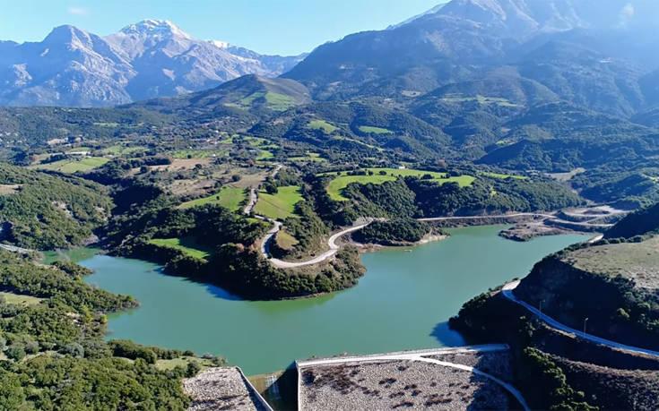 Η άγνωστη λίμνη της Αχαΐας που μοιάζει με ελβετικό τοπίο