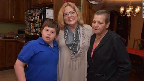 Μάθημα ανθρωπιάς: Δασκάλα υιοθέτησε ορφανό μαθητή με σύνδρομο Down