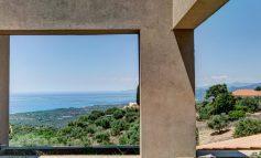 Κυπαρισσία: Μία εξοχική κατοικία με εκπληκτικό design και θέα στη θάλασσα