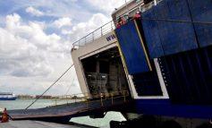 Σοκαρισμένη η οδηγός που το αυτοκίνητό της έπεσε στη θάλασσα από πλοίο: «Ωφείλω τη ζωή μου στους λιμενικούς»