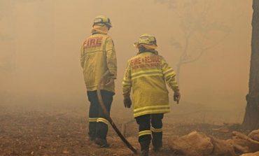 Αυστραλία: Οι πυροσβέστες ανήμερα των Χριστουγέννων δίνουν μάχη με τις φλόγες