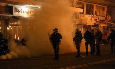 Μάχες σώμα με σώμα κατοίκων και ΜΑΤ σε Μυτιλήνη και Χίο για τα κλειστά κέντρα