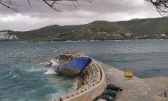 Με συνοδεία πλοίου της τουρκικής ακτοφυλακής αναχώρησε το δουλεμπορικό που προσάραξε στην Κέα