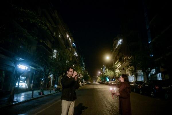 Ανάσταση στην Αθήνα του κοροναϊού: Άδειοι δρόμοι, ο κόσμος στα μπαλκόνια