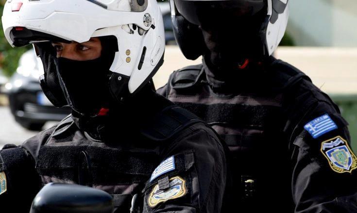 Αστυνομικοί στο Περιστέρι έσωσαν παιδάκι που είχε καταπιεί καπάκι