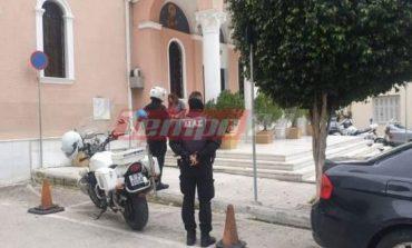 Πάτρα: Δεκάδες πιστοί στην εκκλησία - Αστυνομικοί τους απομάκρυναν και μοίρασαν πρόστιμα