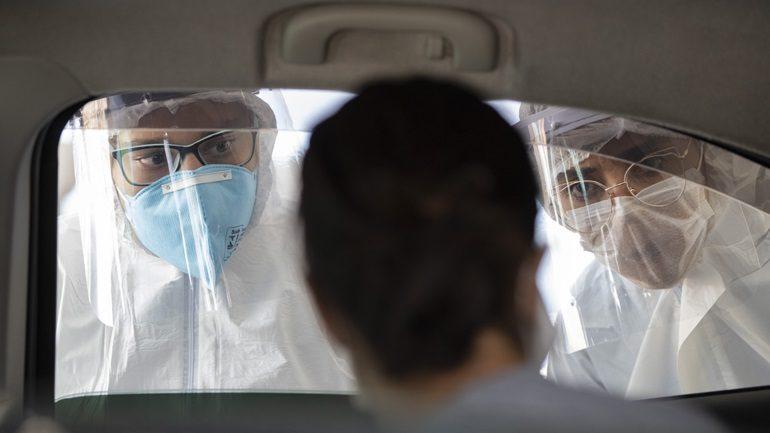 Έρευνα: Ο κορωνοϊός μπορεί να ταξιδέψει σε απόσταση μέχρι τεσσάρων μέτρων από έναν ασθενή