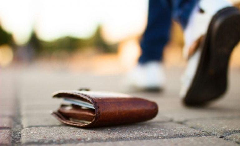 Αγρίνιο: Οδηγοί ταξί στην πλατεία Δημοκρατίας βρήκαν και παρέδωσαν πορτοφόλι με 3.500 ευρώ