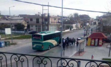 Λάρισα : μετανάστες από το Κουτσόχερο ανενόχλητοι συνωστίζονται για να ανέβουν στο λεωφορείο!