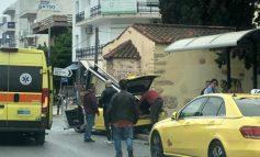 """Ταξί """"γκρέμισε"""" τη στάση λεωφορείου στη Λεωφόρο Κηφισίας, μπροστά από την πλατεία Αγίας Λαύρας"""