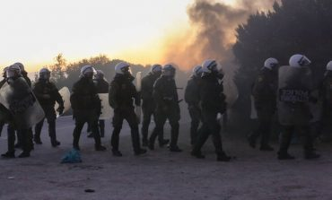 Βαριές κατηγορίες για 20 πολίτες της Λέσβου που επιτέθηκαν σε αστυνομικούς στα επεισόδια με τα ΜΑΤ των Φεβρουάριο