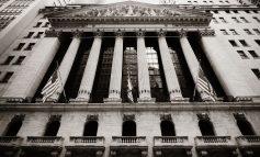 Μια ανάσα από τις 25.000 μονάδες ο Dow με άλμα 2,2%
