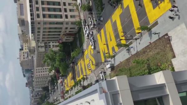 Γκράφιτι «Black Lives Matter» για τον δρόμο προς τον Λευκό Οίκο