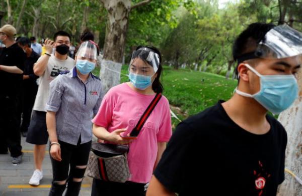 Κοροναϊός: Το Πεκίνο ζει ξανά τον εφιάλτη – Lockdown εν μία νυκτί – «Αθώος» ο σολομός