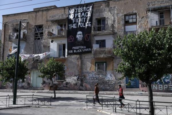 Τζορτζ Φλόιντ: Τεράστιο πανό στα προσφυγικά στη Λ. Αλεξάνδρας