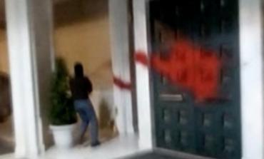 Μπογιές πέταξαν μέλη του Ρουβίκωνα στα γραφεία του Κοπελούζου στο Μαρούσι ( video )