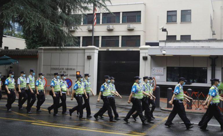 Κίνα: Υποστολή της αμερικανικής σημαίας στο προξενείο των ΗΠΑ στην Τσενγκντού