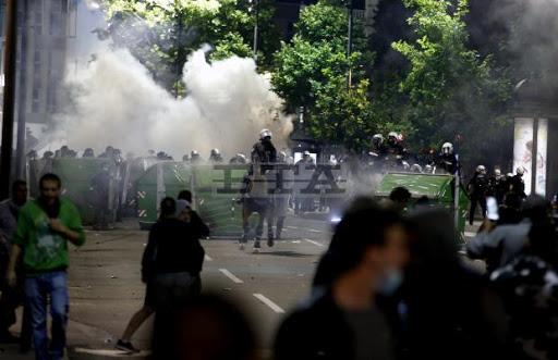 Χαμός στη Σερβία μετά την απόφαση για lockdown – Διαδηλωτές έκαναν ντου στη Βουλή