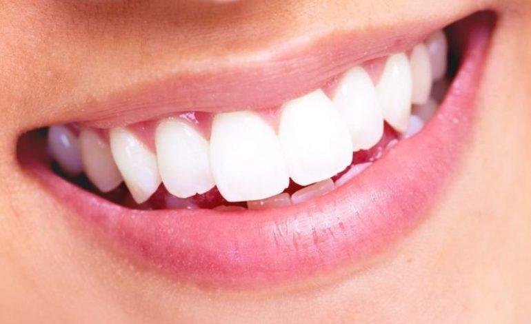 Ο Δεκάλογος του καλοκαιριού για υγιές χαμόγελο