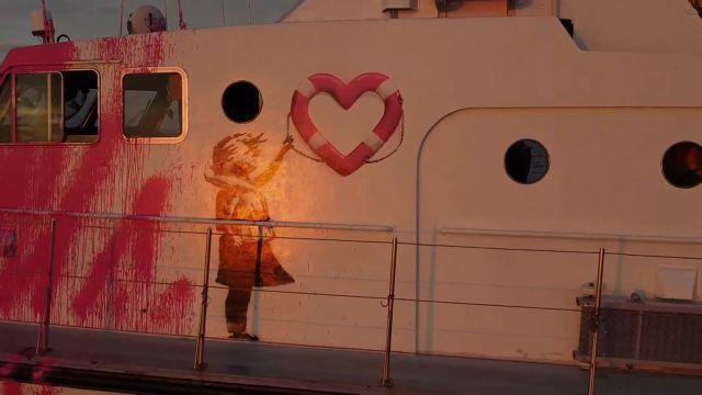 Πλοίο διάσωσης του Banksy : Ιταλοί ακτοφύλακες απομακρύνουν 49 πρόσφυγες