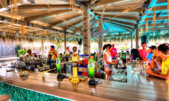 Από τη Δευτέρα θα ισχύουν τα μέτρα στην Αττική για μπαρ και εστίαση