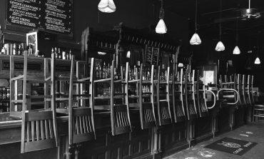 Κλείνουν μπαρ και εστιατόρια σε Αττική, Αργοσαρωνικό και Κύθηρα μετά τις 12 τα μεσάνυχτα