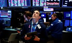 """Βουτιά 1,8% ο Dow Jones, """"μάζεψε"""" τις απώλειες ο Nasdaq"""