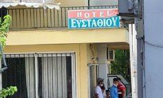 Δεκάδες λαθρομετανάστες στα Καμένα Βούρλα. Ανάστατοι οι κάτοικοι κλείνουν την Εθνική Οδό