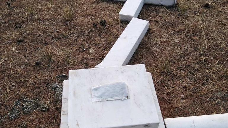 Βανδαλισμός στους βασιλικούς τάφους στο Τατόι – Έσπασαν τον Σταυρό