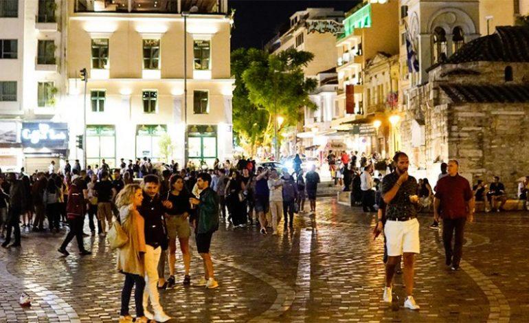 Τα περίπτερα κατέβασαν ρολά, αλλά οι πλατείες γέμισαν από κόσμο