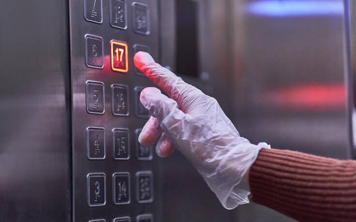 Αν βήξει ασθενής με κορονοϊό μέσα σε ασανσέρ, δεν είναι ασφαλές ακόμα και μισή ώρα μετά