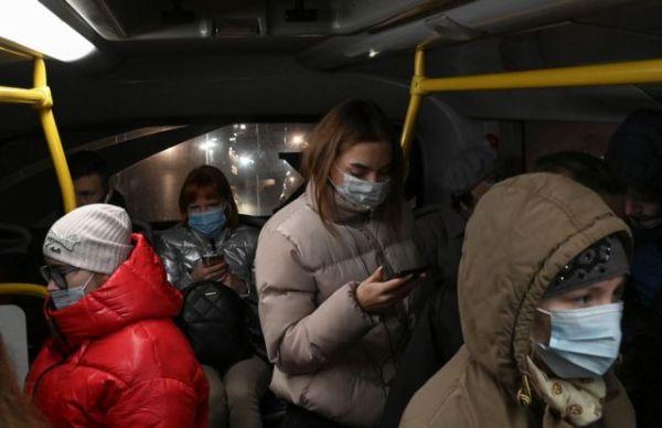 Κοροναϊός: Τρομάζουν τα κρούσματα σε Ρωσία, Πολωνία – Στήνουν νοσοκομείο σε στάδιο της Βαρσοβίας