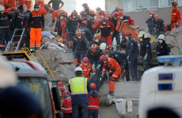 Σεισμός – Σμύρνη : Η συγκλονιστική στιγμή που 70χρονος ανασύρεται ζωντανός