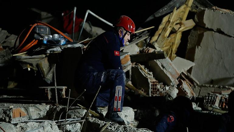 Αυξάνονται τα θύματα του σεισμού στην Σμύρνη: 42 νεκροί, και 896 τραυματίες