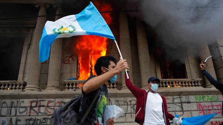 Γουατεμάλα: Πυρπόλησαν το κτίριο της Βουλής  λόγω περικοπών στον προϋπολογισμό