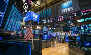 Ήπιες απώλειες μετά τα ρεκόρ στη Wall Street