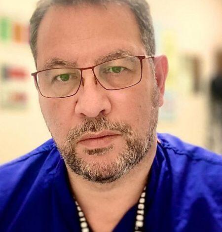 Έλληνας γιατρός στη Βρετανία: «Αστείες οι όποιες παρενέργειες του εμβολίου σε σχέση με τη διασωλήνωση»