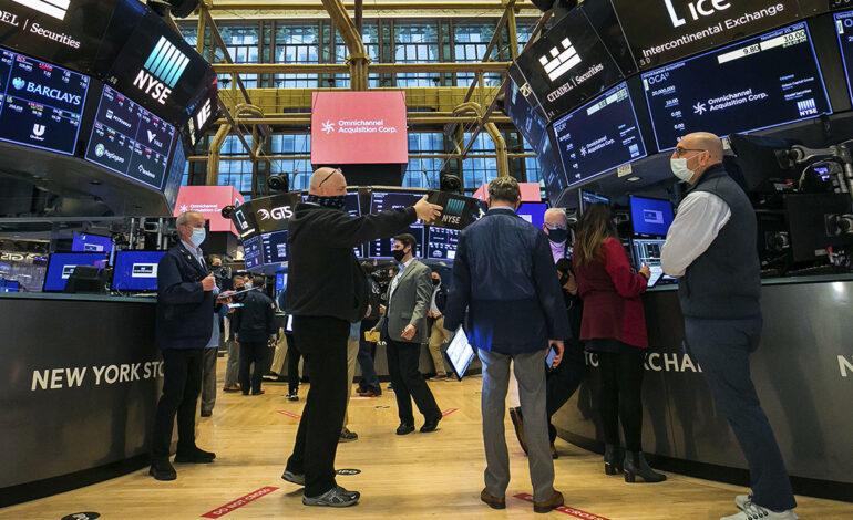 Μικρές απώλειες στη Wall Street μετά τα ρεκόρ της Δευτέρας