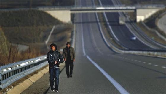 Έβρος: Παράνομοι μετανάστες πετούν αντικείμενα στους οδηγούς – «Ενέδρα» στην μέση του δρόμου