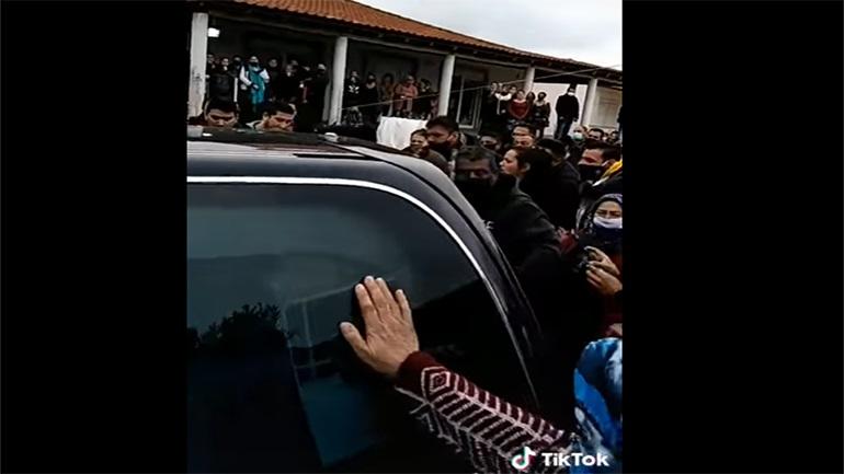 Εικόνες τρομερού συνωστισμού σε κηδεία Ρομά στον Βόλο